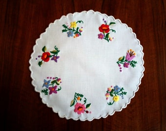 """Hand made 10"""" round doily with flowers, embroidered table topper"""