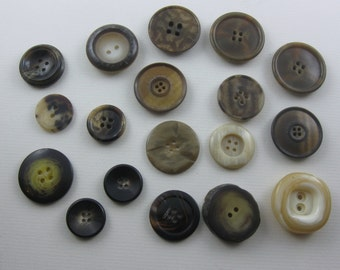 Vintage buttons convoluted. 18 ancient buttons in horn look. Approx. 2 to 3 cm in diameter. Hole buttons. VINTAGE