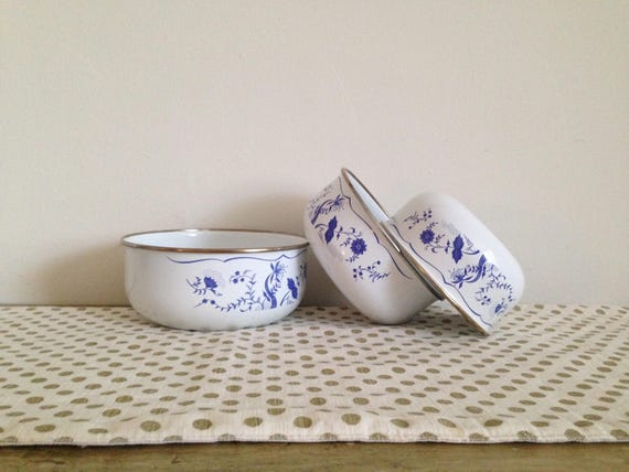 Set of 3 Vintage Metal Bowls / Vintage Mixing Bowls Set of 3