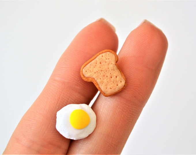 Toast and fried egg stud earrings - Mix and match earrings - Breakfast lover gift - Silver stud earrings - Sunny side up earrings - Fimo