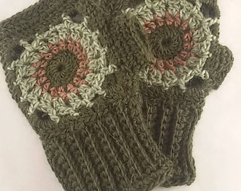 Fingerless gloves in wool, green and pink crochet wrist warmer