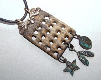 Collier, bois flotté avec ornements de bronze et bronze remorques * 874 *.