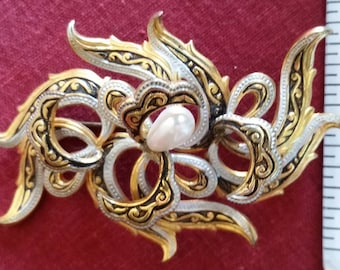 Spanish brooch marked made in Spain with a fall Pearl in the middle