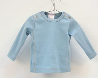 Tommie, blue slim fit baby t-shirt, long sleeves, double shoulder buttoning.