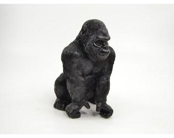 Statue de singe Gorille, en résine, couleur noir. Hauteur 26 centimètres
