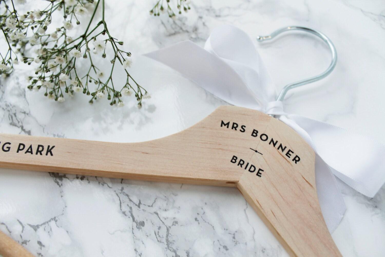 Eine personalisierte Hochzeit Kleid Holz Kleiderbügel mit