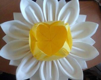 Flower shaped folding napkin dispenser