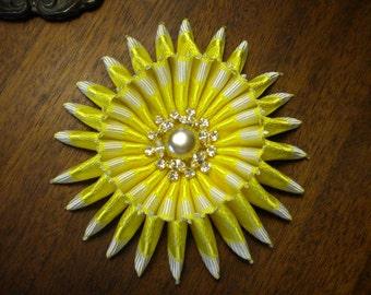 Ruban jaune ensoleillé chapellerie Cocarde cocarde