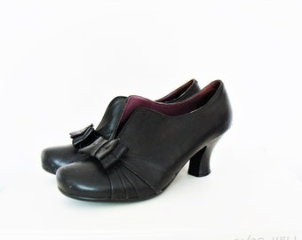 Vintage Hush Puppies Black Leather Shoes Bootie /  Front Bow Low Heels EU 37
