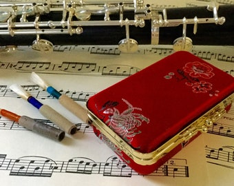 Oboe reed case for 5 reeds with magnetic strip for plaque and a pouch for cigarette paper