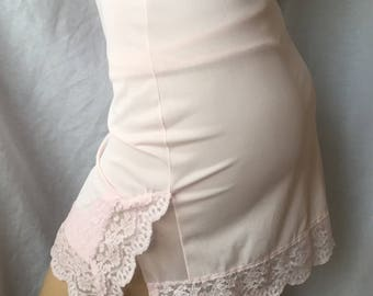 VASSARETTE Jr Half SLIP 1970's size 7 pink nylon tricot with Lace Hem and pillow tab hs176