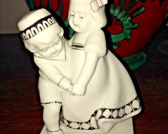 Porcelain Figurine Goebel 1939-1945 Dancing Children