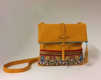 Leather shoulder bag yellow corn with a cotton lining and an inside pocket. ZIP closure