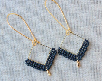 Knotted earrings black/gold with small golden tulip