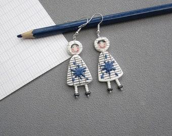 Cadeau maîtresse, boucles d'oreilles pour maîtresses, 2 poupées en robe blanche quadrillée, tache de peinture bleue, pâte polymère fimo