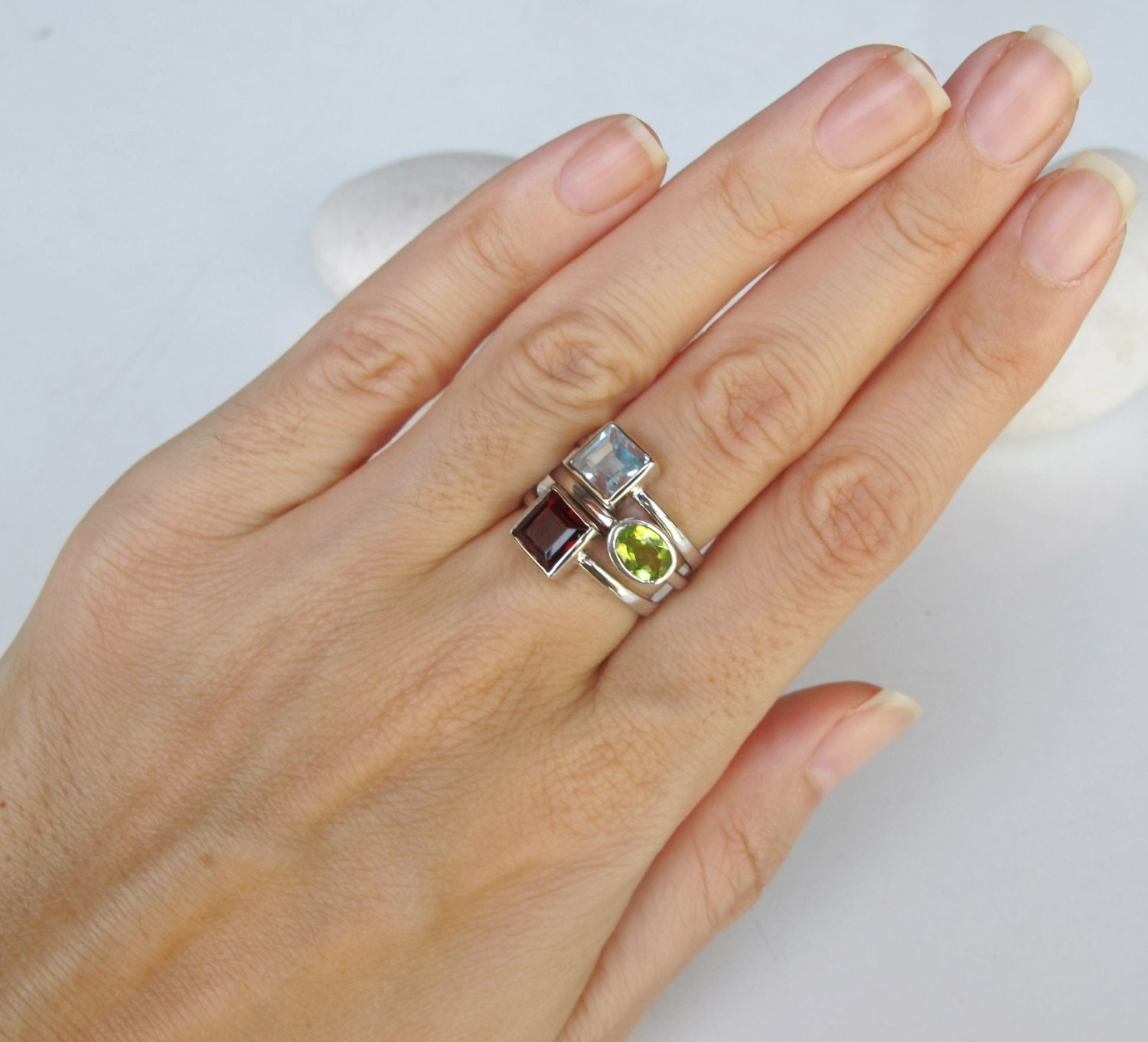 i white birthstone three stone trellis diamond peridot gold engagement h si august in and ring rings
