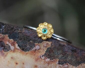 Dainty Platinum 22k Gold Emerald Engagement Ring Rich Yellow Green Delicate Luxurious Little Floral Fairy Boho Bridal Design - Edelblümchen