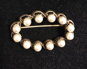 Dainty faux pearl brooch vintage 80s