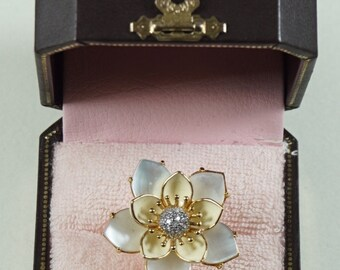 Juicy COUTURE flower ring with pearl effect petals and glaze cream