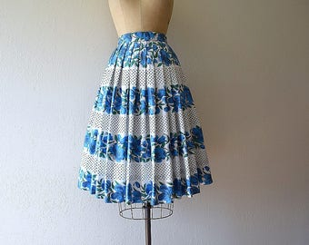 1950s border print skirt . vintage 50s blue floral print skirt