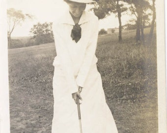 vintage photo 1918 Woman Tee's Off Golfing on the Green