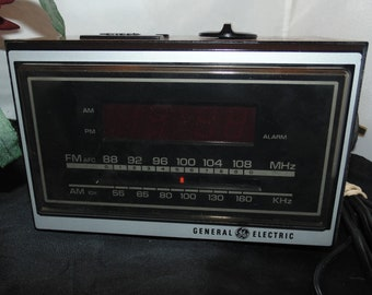 Vintage GE Clock Radio model 7-4620F FM/AM Electronic Digital Clock Radio woodgrain
