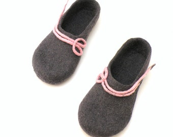 Felted wool slippers, handmade wool clogs, grey pink felt slipper, autumn winter houseshoes, Christmas gift for woman, valenki, felt shoes