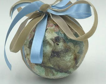 Interior decoration, weddings and events in classic style, elegant hand-decorated ball, circumference 24 cm