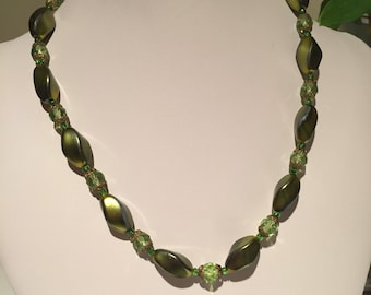Vintage 1950s Green Beaded Necklace