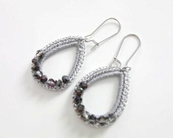 Boucles d'oreilles goutte gris et argenté et perles de verre, bijoux au crochet minimaliste et moderne, cadeau anniversaire femme