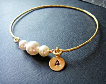 Personalisierte Gold stapelbar Perle Draht umwickelt Armreif, White Pearl, Perlenschmuck, einfache Perle Armreif, Mutter der Braut
