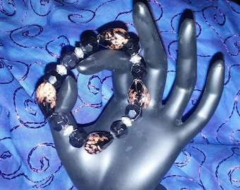 An Expandable Black and Amber Lucite Bracelet With Heart Shaped Beads