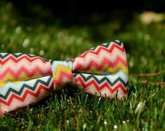Mini Bow 11. Colored lines.  Pajarita para niño o bebé hecha a mano con tela  de algodón de gran calidad.