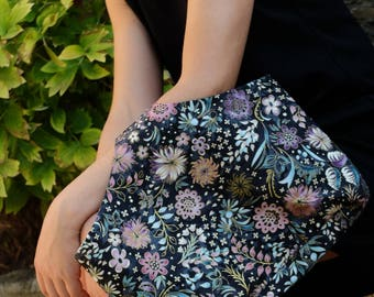 Hand bag (clutch) in fabric with floral pattern with golden threads