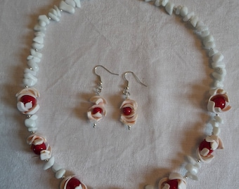 Shell and coral necklace and earrings, made in France, with conch shell, round coral and white polished semi-precious stones.