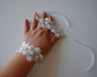Ivory Lace wrist cuff bracelet with Pearl,  ivory wrist band Bridal bracelet, Lace wrist corsage