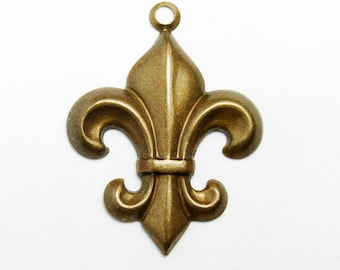 5 Fleur de Lis Charms, 20x22 mm  French Lily Jewelry with Vintage Patina, Made in USA, #TB115V