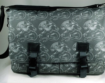 Large padded laptop messenger bag-Xenomorph Aliens invade this roomy over the shoulder bag. Make other scifi nerds insanely jealous.