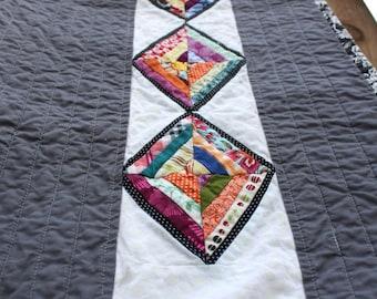 Moderne Diamant String Quilt, Baby Quilt, Krippe Decke Schoß Quilt, werfen, Wand hängen in grau, weiß und Regenbogenfarben von Nstarstudio