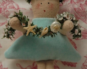Mini Folk Art Angel with Sea Shell Garland (MINI-ANG-SEAGAR-A/W))