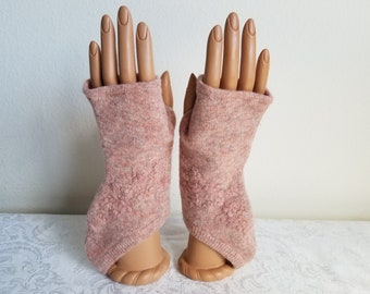 Embroidered Flower Garden Gloves with Curved Bottom in Heathered Peach Wool/Angora