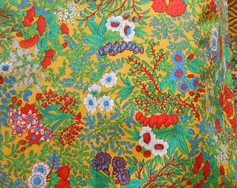 Vibrant CONCORD FLOWER FABRIC Red Carnations White Daisies Blue Berries Leaves Out of Print Cotton, Clothing Quilt Block Pillowcases 45 x 60