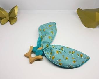 Hochet Montessori anneau de dentition bébé, cadeau naissance bébé, hochet en bois. Minkee bleu pétrole, coton bleu à fleurs. Oeko tex