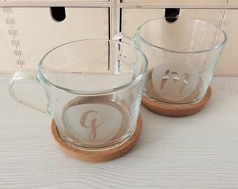 Tazas de cristal para parejas personalizadas con letra o numero y con posavasos de corcho y caja personalizada perfectas para regalo de boda