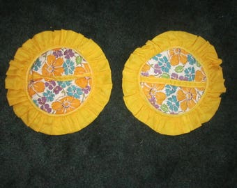 Vintage 1940s Pair of Cotton Yellow and Green Floral Round Pot Holder Pads