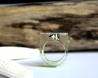 Ring made of resin size 54 (france) size 7 (US) with inclusion of a black and white cow on green background