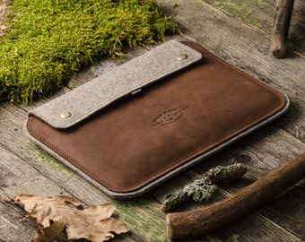 Leather iPad case with stand. Ipad air 2 sleeve / cover. Crazy Horse brown leather and grey wool felt. Vintage style.