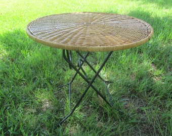Vintage  wicker table, folding wicker table,round table,vintage table,metal legs,,vintage wicker,outdoor furniture , porch decor, patio,