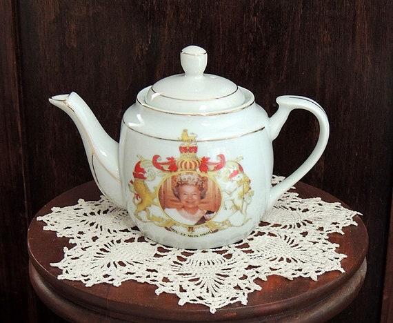 Queen Elizabeth II Porcelain Teapot.. Dieu Et Mon Droit