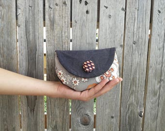 Small clutch in cotton with flower motifs and years ' 70 button